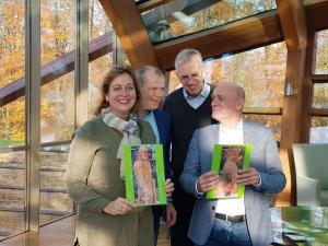 v.l.n.r. Monique Veldman van Archeon, wethouder Gert Jan Schotanus, Jack Veldman en directeur Avifauna John de Hoon